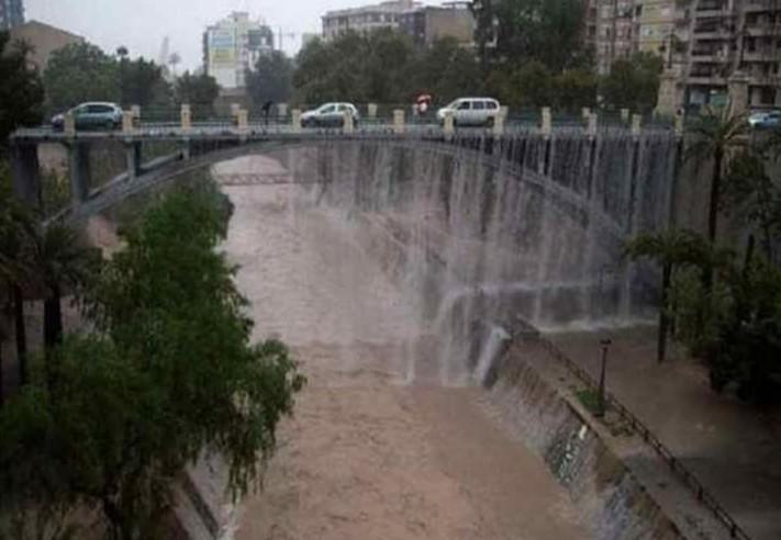 puente de elche con lluvia