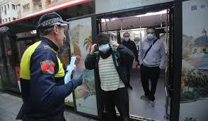 Policía local de Elche repartiendo mascarillas